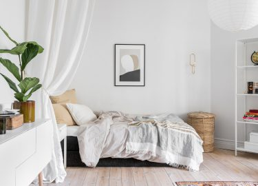 bed in woonkamer