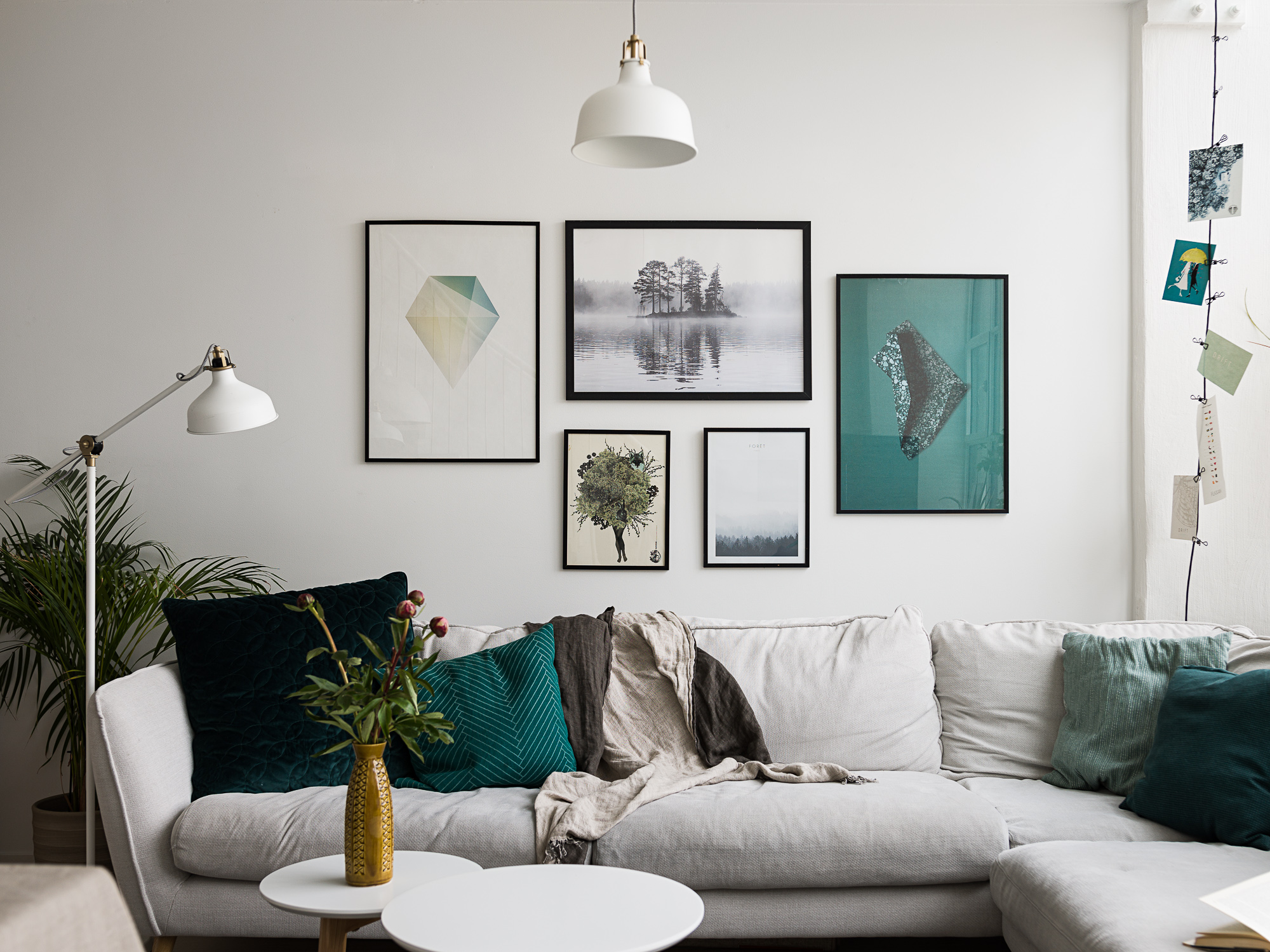 licht appartement met gallery wall